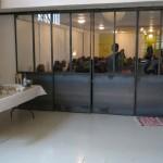 Le Plateau 25 : Studio 1, en configuration conférence, portes coulissantes fermées.